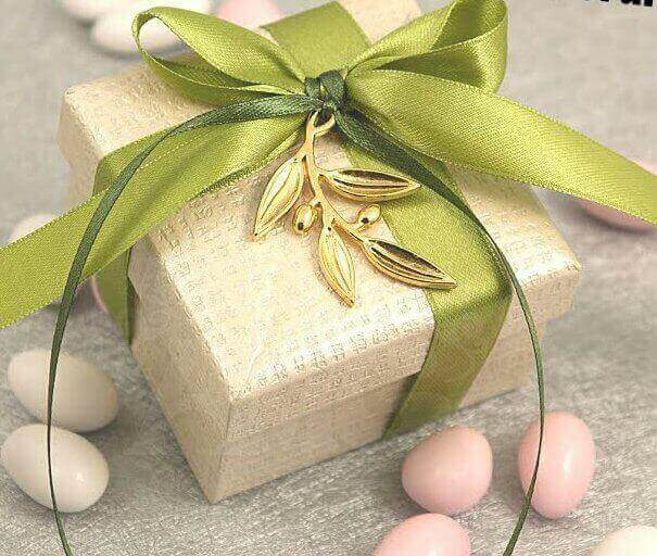 fbb784db7fc3 ΟΙΚΟΝΟΜΙΚΗ Μπομπονιέρα Γάμου Κουτί Χάρτινο με Διπλή Κορδέλα και Διακοσμητικό  Κλαδί Ελιάς